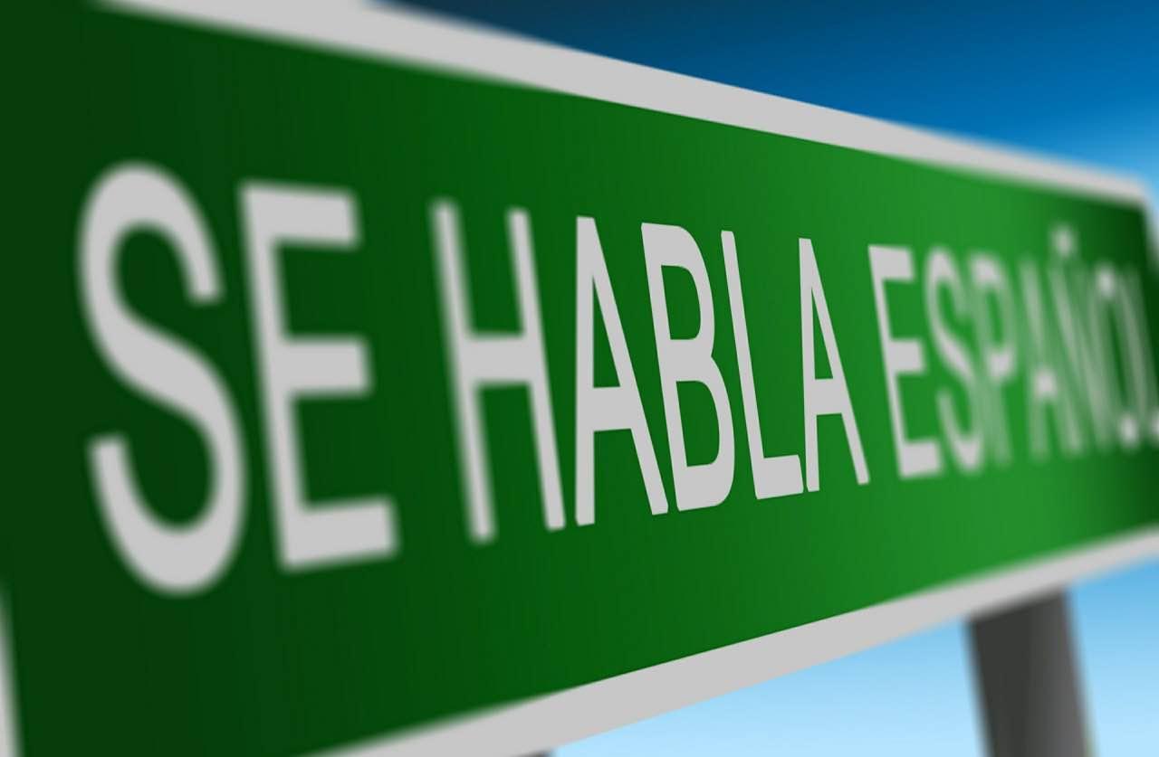 Bord 'se habla español?' - Spaans leren